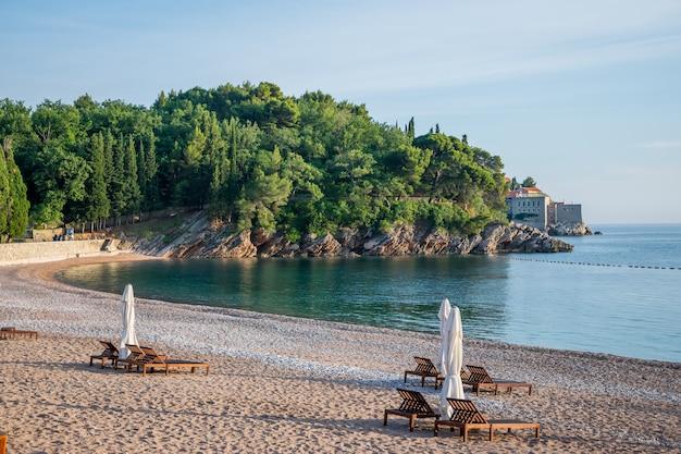 Schilderachtig koninklijk strand aan de adriatische kust.