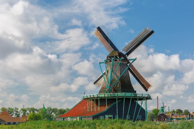 Schilderachtig landelijk landschap met windmolens in zaanse schans dichtbij rivier, holland, nederland