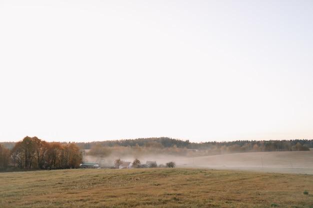 Schilderachtig landschap op het platteland bij zonsondergang in de herfst