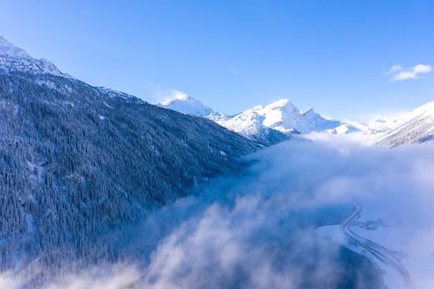 Schilderachtig landschap van besneeuwde bergen in zwitserland - perfect voor behang
