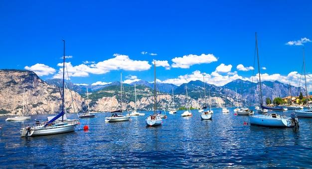Schilderachtig meer lago di garda, lombardije ten noorden van italië