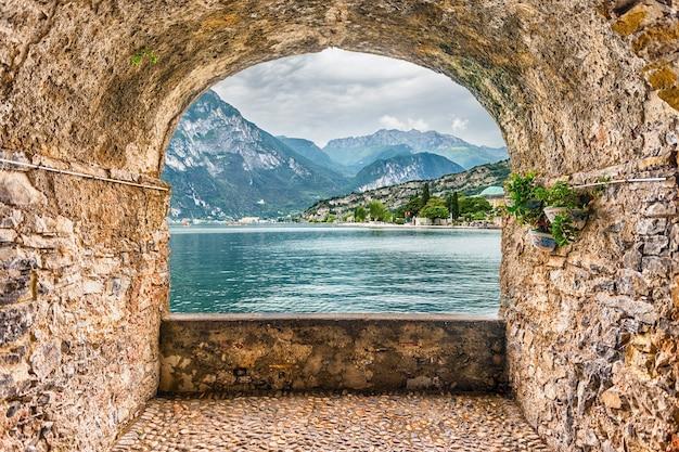 Schilderachtig rotsboogbalkon met uitzicht op het gardameer vanuit de stad torbole, italië