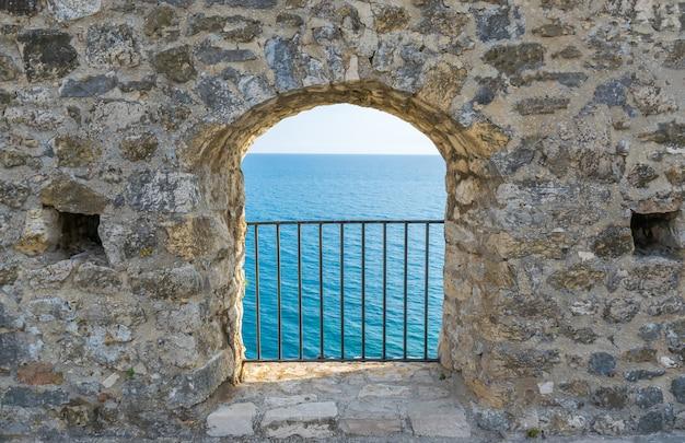 Schilderachtig uitzicht op de adriatische zee vanuit een horend venster.