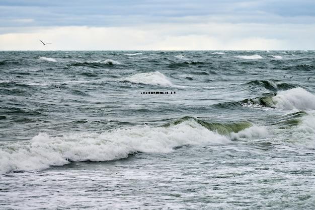 Schilderachtig uitzicht op de blauwe zee met borrelende en schuimende golven