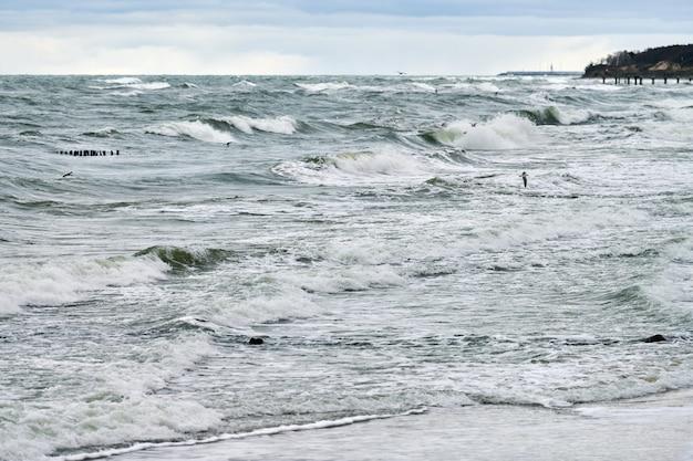 Schilderachtig uitzicht op de blauwe zee met borrelende en schuimende golven Premium Foto