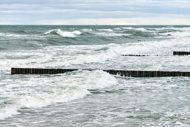 Schilderachtig uitzicht op de blauwe zee met schuimende golven.
