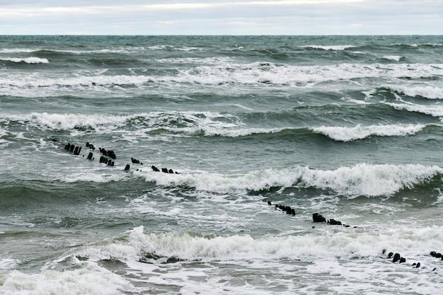 Schilderachtig uitzicht op de blauwe zee met schuimende golven