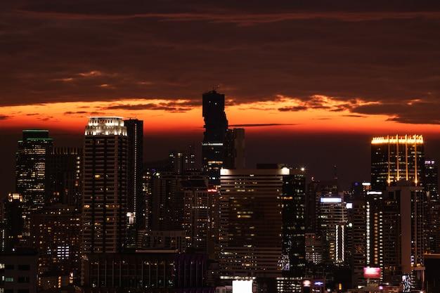 Schilderachtig uitzicht op de moderne stad bangkok tijdens zonsondergang
