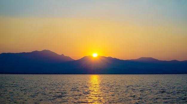 Schilderachtig uitzicht op de prachtige zonsondergang boven het meer van phayao.