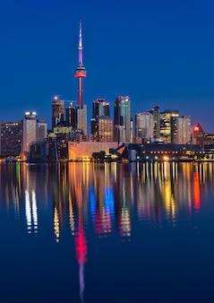 Schilderachtig uitzicht op de stad 's nachts