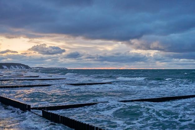 Schilderachtig uitzicht op donkere bewolkte hemel en zee met schuimende golven