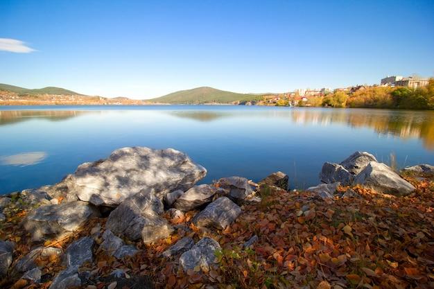 Schilderachtig uitzicht op het meer in de bergen van ural