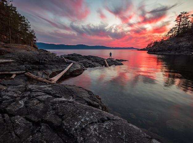 Schilderachtig uitzicht op het meer tijdens dawn