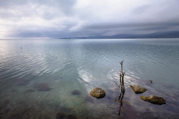 Schilderachtig uitzicht op het meer van trasimeno in umbrië, italië op een bewolkte dag