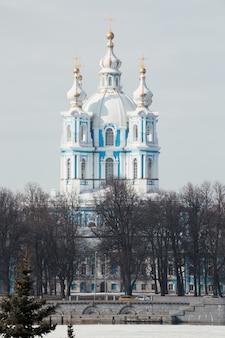 Schilderachtig uitzicht op het smolny-klooster in sint-petersburg, rusland