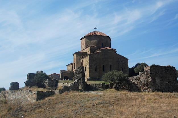 Schilderachtig uitzicht op jvari klooster.