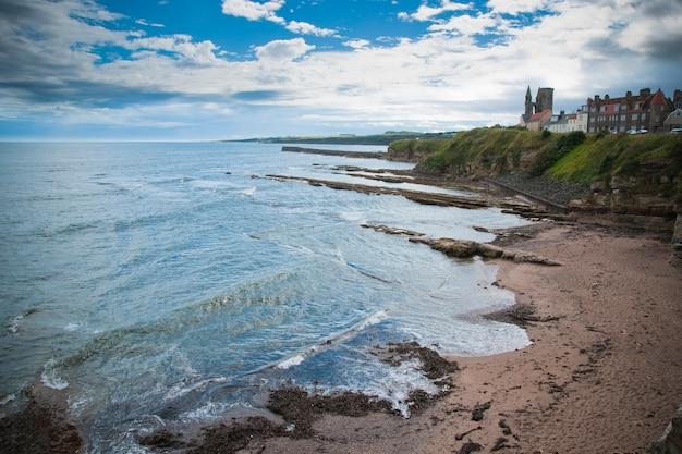 Schilderachtig uitzicht op kliffen met rotsen in de buurt van de oceaan en de blauwe zee