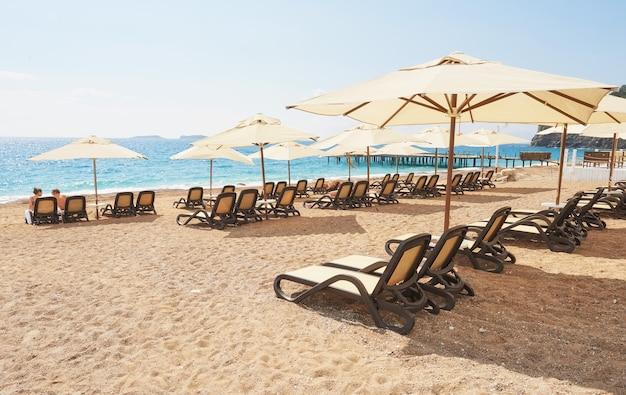 Schilderachtig uitzicht op privézandstrand met ligbedden vanaf de zee en de bergen. amara dols vita luxe hotel. toevlucht. tekirova kemer. kalkoen.