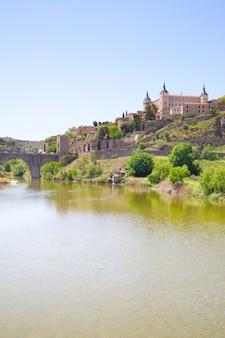 Schilderachtig uitzicht op toledo en de rivier de taag, spanje