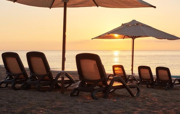 Schilderachtig uitzicht op zandstrand op het strand met open ligbedden en parasols tegen de zee en de bergen. amara dolce vita luxe hotel. toevlucht. tekirova-kemer. kalkoen