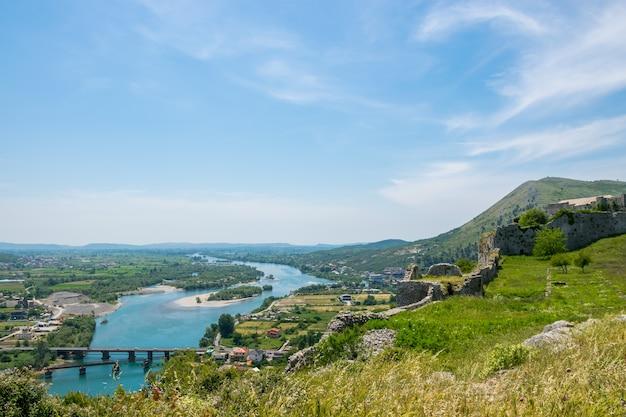 Schilderachtig uitzicht vanaf de muren van het middeleeuwse fort van rozafa.