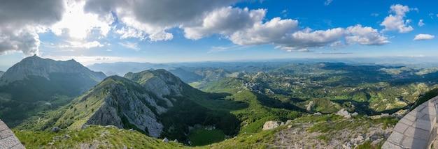 Schilderachtig uitzichtpunt bovenop een hoge berg. berg lovcen.