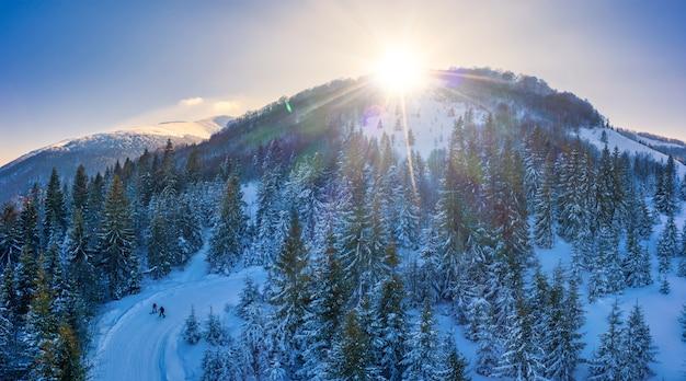 Schilderachtig winterpanorama van bergheuvels