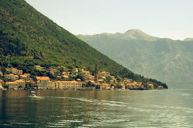 Schilderachtig zomerlandschap van de beroemde baai van kotor dicht bij de stad perast in montenegro