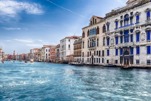 Schilderachtige architectuur langs het canal grande in de wijk san marco in venetië, italië