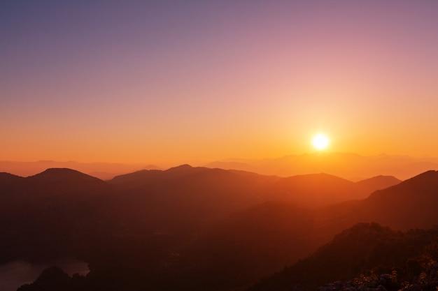 Schilderachtige bergen bij dageraad