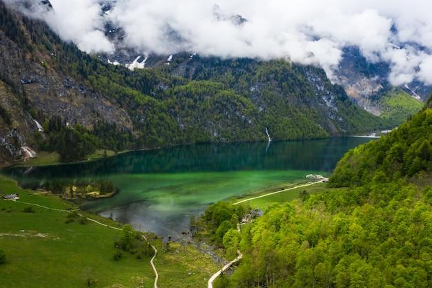 Schilderachtige bergpanorama met groene weiden en idyllisch turkoois