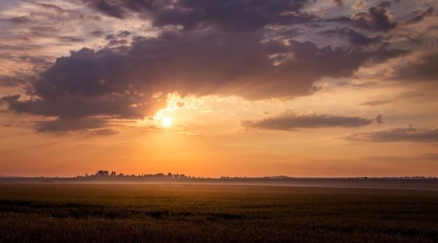 Schilderachtige donkere hemel tijdens de zonsondergang