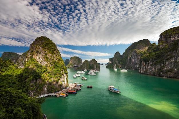 Schilderachtige ha long bay in vietnam
