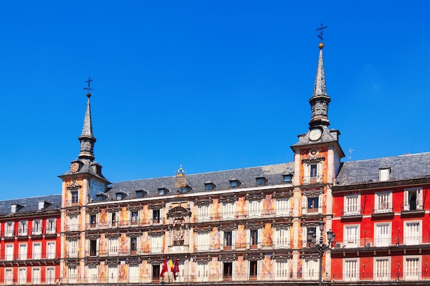 Schilderachtige huizen in plaza mayor. madrid