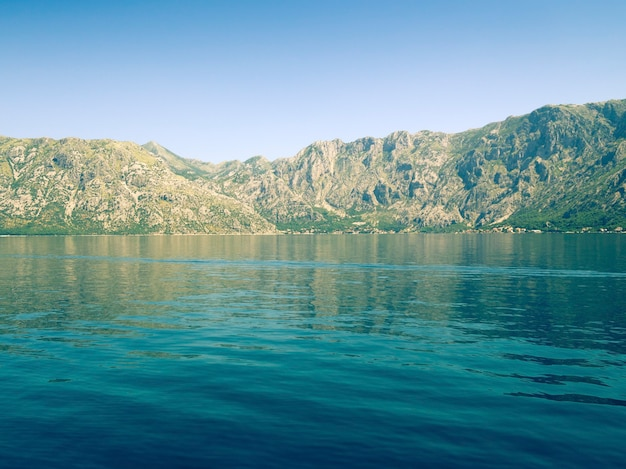 Schilderachtige kalme wateren van de beroemde baai van kotor in montenegro