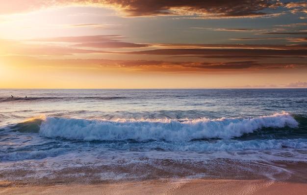 Schilderachtige kleurrijke zonsondergang aan de zeekust. goed voor wallpaper of achtergrondafbeelding.