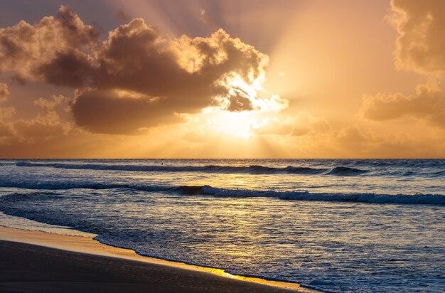 Schilderachtige kleurrijke zonsondergang aan de zeekust. prachtige natuurlandschappen