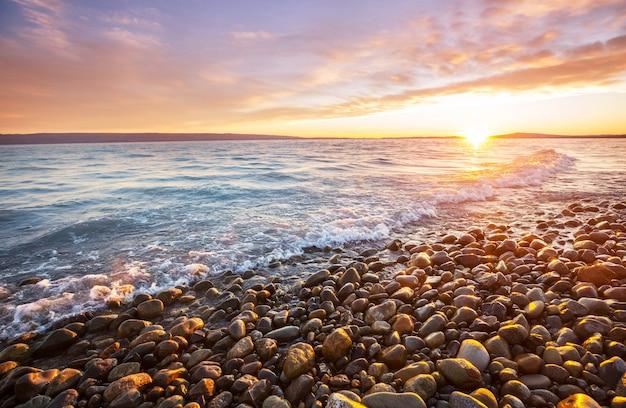 Schilderachtige kleurrijke zonsondergang aan de zeekust.