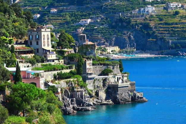 Schilderachtige kust van amalfi, castiglione