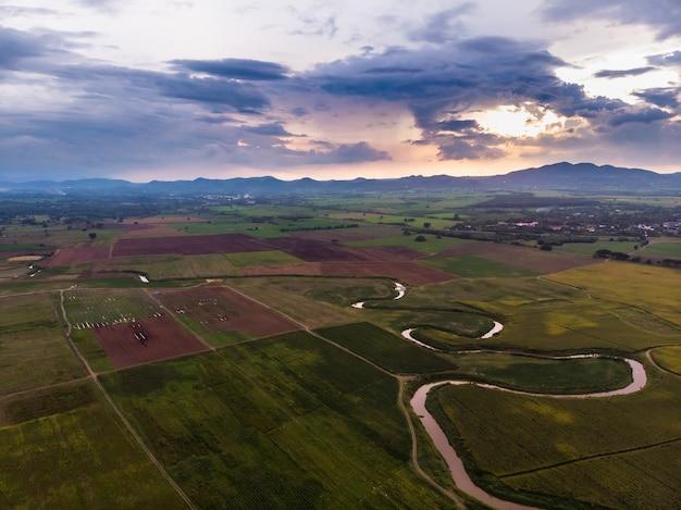Schilderachtige landschap luchtfoto van veld met bewolkte hemel