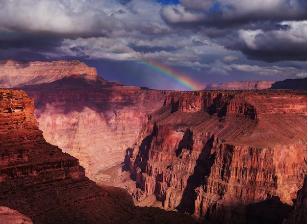 Schilderachtige landschappen van de grand canyon, arizona, verenigde staten. reizen zonsondergang vrijheid