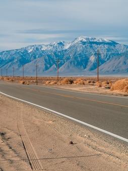Schilderachtige lege weg in de death valley-woestijn in de verenigde staten