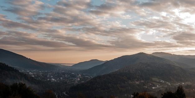 Schilderachtige lucht bij zonsondergang boven de bergen in de karpaten panorama van de zonsondergang in de bergen