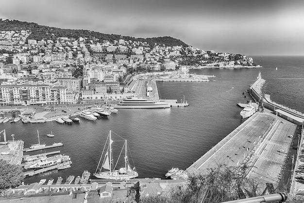 Schilderachtige luchtfoto van de haven van nice, alias port lympia, gezien vanaf de heuvel van het kasteel, nice, cote d'azur, frankrijk