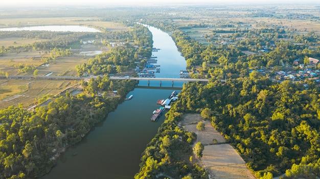 Schilderachtige luchtfoto van de rivierbrug op het platteland van thailand