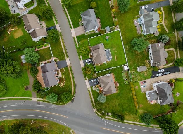 Schilderachtige luchtfoto van een nederzetting in de voorsteden in de vs met vrijstaande huizen