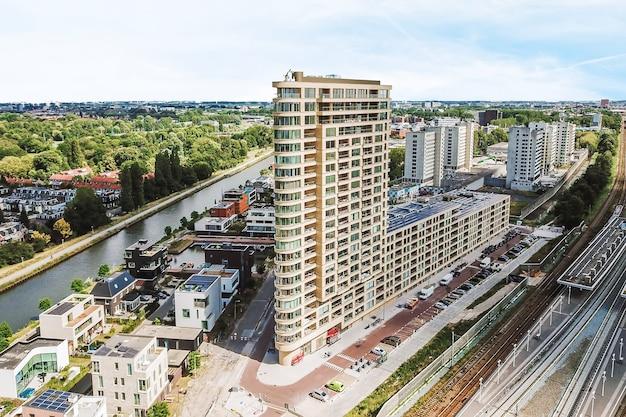 Schilderachtige luchtfoto van hoge gebouwen in de stad onder de blauwe hemel op zonnige dag