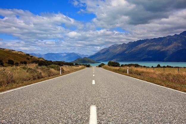 Schilderachtige meerweg door de bergen in nieuw-zeeland