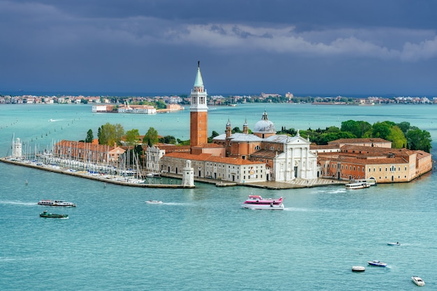 Schilderachtige mening bij het eiland venetië, italië van san giorgio maggiore