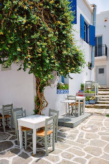 Schilderachtige naousa-stadsstraat op het eiland van paros, griekenland